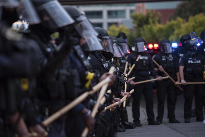 Des policiers bloquent la route à des manifestants à Louisville (Kentucky), aux Etats-Unis, le 25 septembre 2020.
