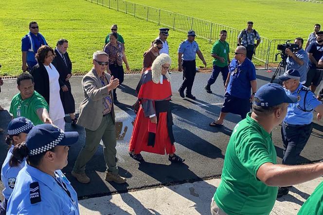 Le juge suprême Satiu Simativa Perese arrive, le 24 mai 2021, au Parlement, à Apia aux Samoa,où il se voit refuser l'accès.