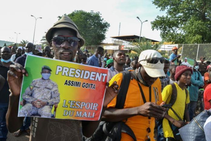 Des partisans de la coalition d'opposition du Mouvement du 5 juin-Rassemblement des forces patriotiques (M5-RFP) à Bamako, le 4 juin 2021.
