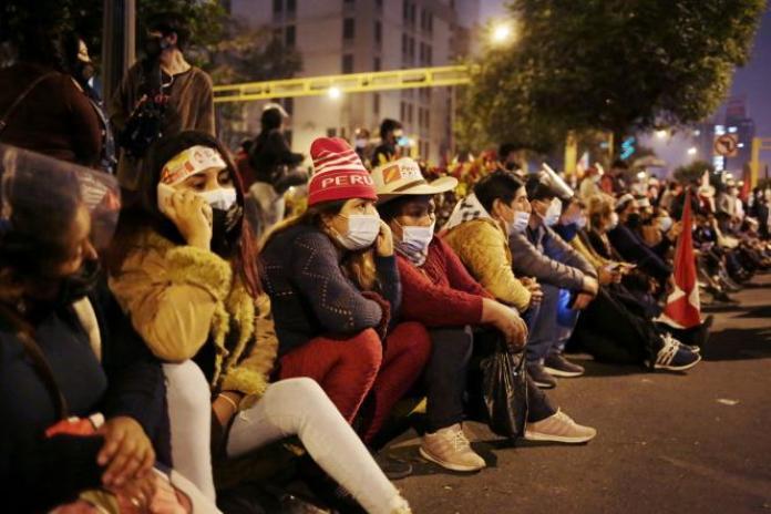 Les partisans du candidat Pedro Castillo se rassemblent dans les rues au lendemain du second tour, à Lima, au Pérou, le 7 juin 2021.