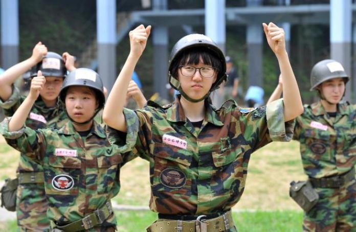 Lors d'un entraînement militaire destiné à des civils volontaires, en août 2010 à Bucheon, à l'ouest de Séoul.