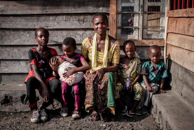 Pierrette Mihindano (au centre) a retrouvé ses enfants grâce à la Croix-Rouge à Minova, le 2 juin 2021, après avoir perdu leur trace à Goma, la capitale provinciale du Nord-Kivu, le 27 mai, lors de l'évacuation forcée de la ville après l'éruption du volcan Nyiragongo.
