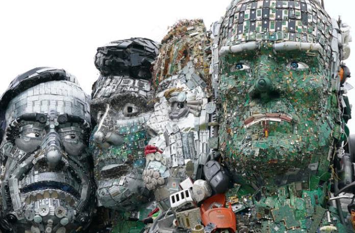 Unesculpture de Joe Rush, créée à partir de déchets électroniques, reprenant les visages des dirigeants du G7 et imitant le mont Rushmore, sur une colline à Hayle (Cornouailles), en Angleterre, le 9 juin 2021.