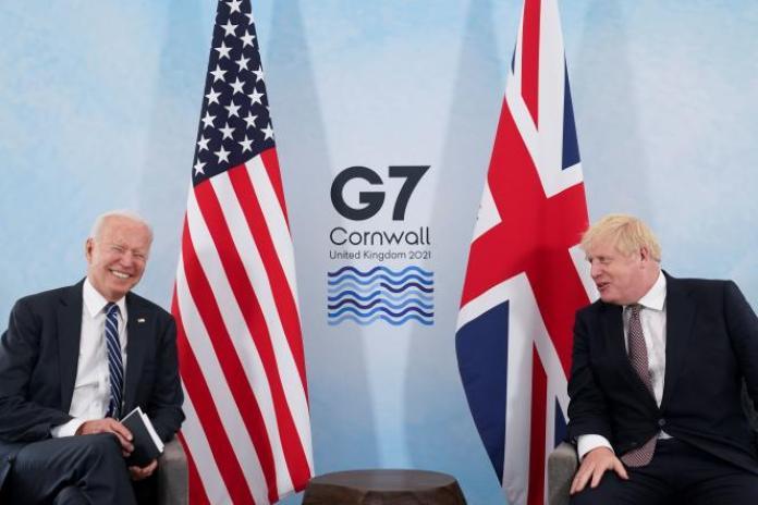 Joe Biden et Boris Johnson lors d'une rencontre, avant le sommet du G7, à Carbis Bay (Royaume-Uni), le 10 juin 2021.