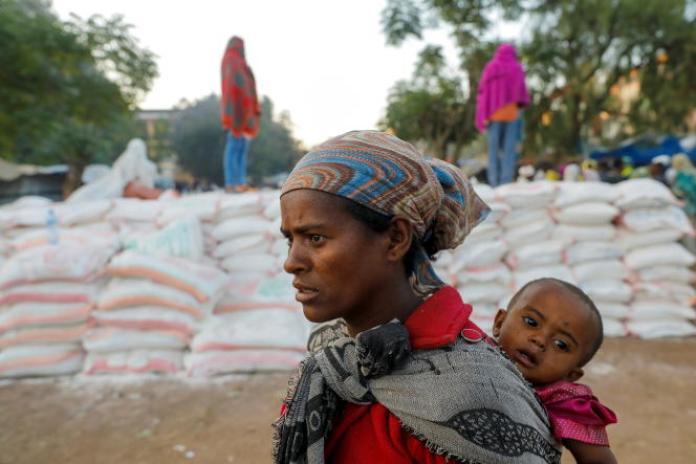 Une femme fait la queue lors d'une distribution d'aide alimentaire à Shire, dans la région éthiopienne du Tigré, le 15mars 2021.