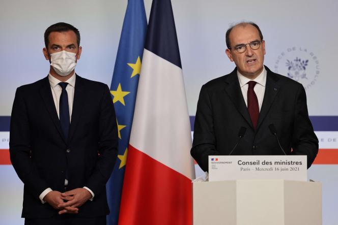 Le premier ministre, Jean Castex, et le ministre de la santé, Olivier Véran, lors d'une allocution à la sortie du conseil des ministres, à Paris, mercredi 16juin2021.