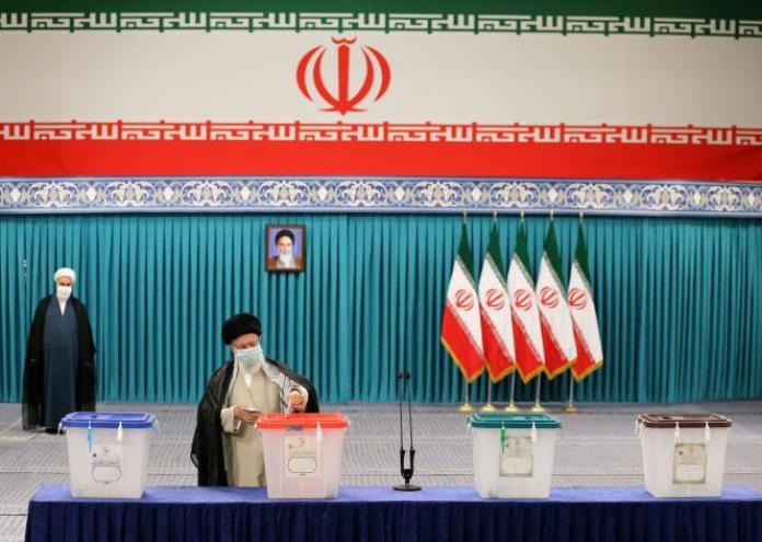 Le guide suprême Ali Khamenei vote pour la présidentielle iranienne, à Téhéran, le 18 juin2021.