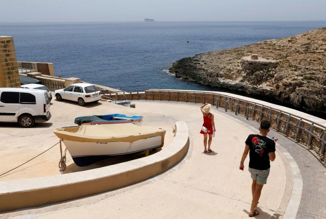 Des touristes en route vers la mer, dans la vallée de Zurrieq, à Malte, le 24 juin 2021.