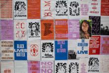 Affichettes sur un mur dePortland (Oregon), en juillet 2020, au plus fort des manifestations de Black Lives Matter.