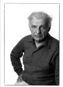 Le poète Yves Bonnefoy, à Paris, en 1992.