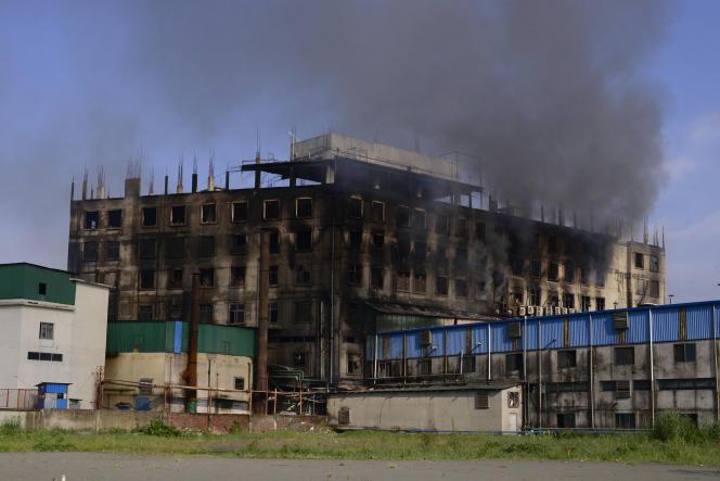 L'usine ravagée par les flammes, dans la banlieue de Dacca, au Bangladesh, le 9 juillet 2021.
