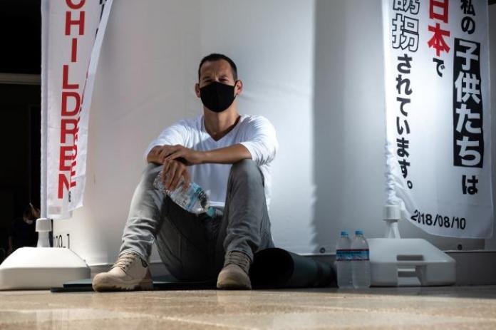 Le Français Vincent Fichot, dontles deux enfants ont été «enlevés» par leur mère japonaise, a débuté une grève de la faim devant la gare de Sendagaya, à Tokyo, le 10 juillet 2021.