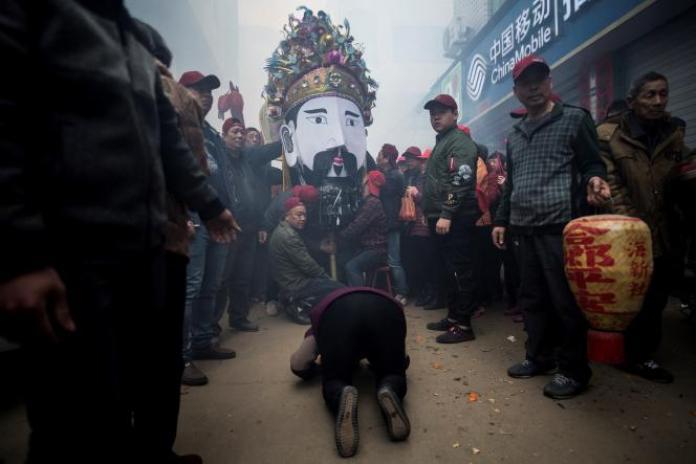 Procession taoïste dans un village de pêcheurs priant pour une saison abondante, à Huangqi dans la province du Fujian, en mars 2018.