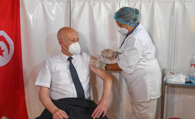 Le président tunisien, Kaïs Saïed, se fait vacciner contre le Covid-19 à Tunis, le 12 juillet 2021.
