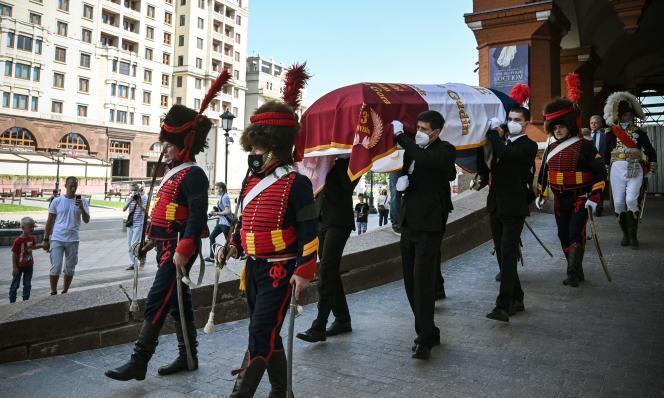 Des membres d'un club historique et des proches du général français Charles Etienne Gudin portent son cercueil lors d'une cérémonie de transfert de sa dépuille de Russie en France, à Moscou, le 20 juin 2021.