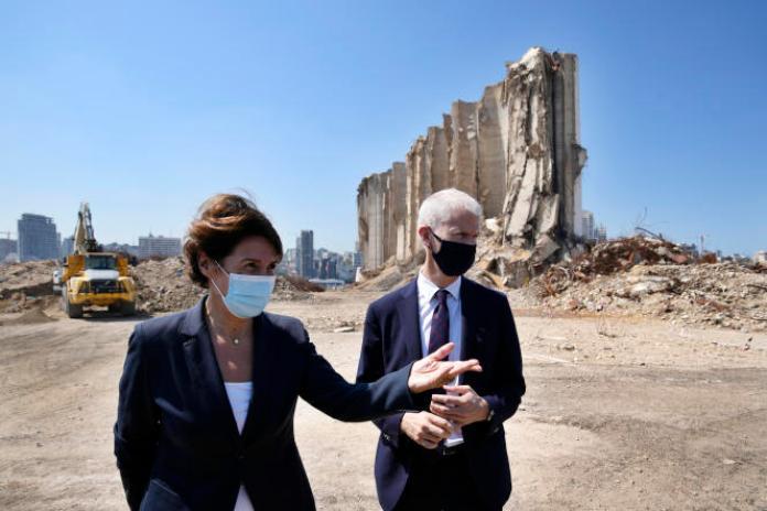 Le ministre français du commerce extérieur, Franck Riester, et l'ambassadrice de France au Liban, Anne Grillo, le 13 juillet, lors de la visite du port de Beyrouth, dévasté par une explosion le 4 août 2020.