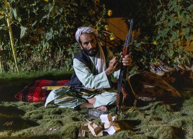 Un soldat d'une milice charge son fusil lors d'une visite des forces spéciales afghanes, au cours d'une mission contre les talibans, dans la province de Kandahar, en Afghanistan, le 12 juillet 2021.
