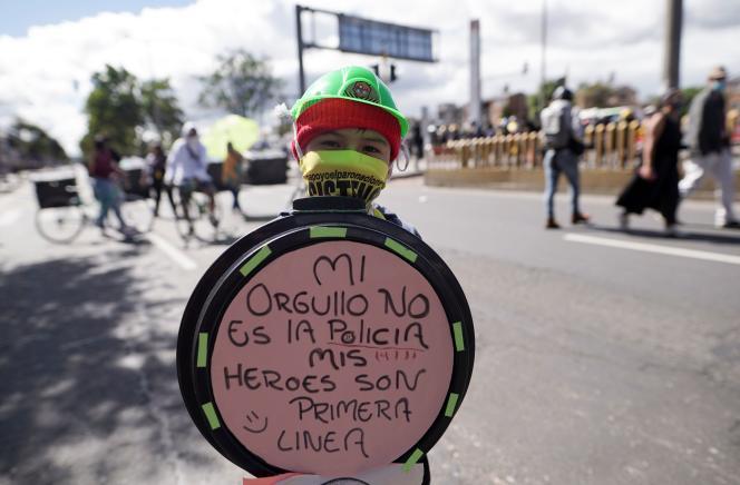 Un enfant tient un bouclier indiquant «Ma fierté n'est pas la police, mes héros sont en première ligne», lors de la fête de l'indépendance de la Colombie, à Bogota, le 20juillet2021.