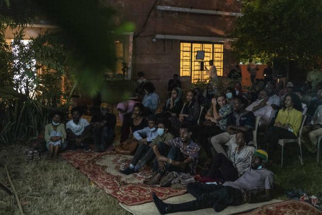Projection de «Journey to Kenya» dans le jardin de la Sudan Film Factory à Khartoum, le 18 juillet 2021.Sous le régime d'Al-Bachir, alors que les cinémas avaient fermé leurs portes, de nombreuses personnes se réunissaient pour visionner des films en groupe : « On jouait avec les loups », ironise Tallal Afifi.