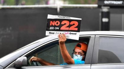 Un chauffeur Uber manifeste pour rejeter la «proposition 22», à Los Angeles (Californie), enoctobre 2020.