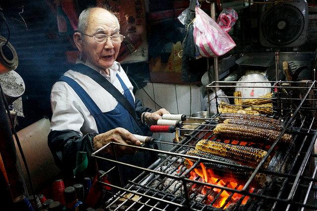 [台北大安]一生懸命!一甲子的古早味~師大水柳伯炭烤玉米