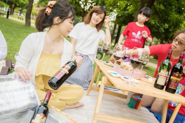 Women 我們野餐趣!姊妹們的微醺小野餐~玉泉紅麴葡萄酒及玉泉紅麴葡萄酒 (金標)