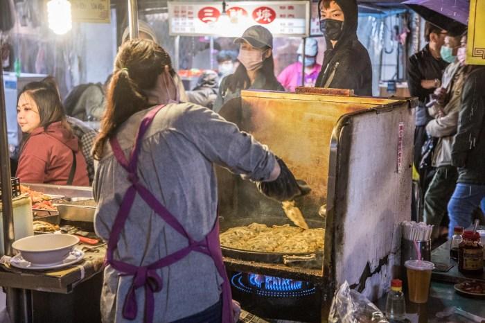 [基隆美食]北平鍋貼水餃/下大雨也要排隊吃的大尺寸脆皮鍋貼!酸辣湯超便宜一碗才20元啦