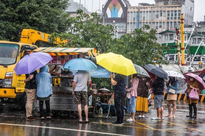 [宜蘭美食]南方澳無名蝦餅/謎樣的超人氣小攤!下暴雨撐著雨傘也要排隊的現炸大蝦餅