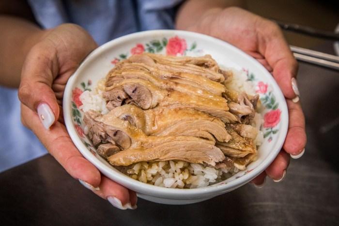 [宜蘭美食]陳記當歸鴨(創始店)/Google評價一千多則拿下4.2顆星,鋪滿滿鴨肉飯只要50元!