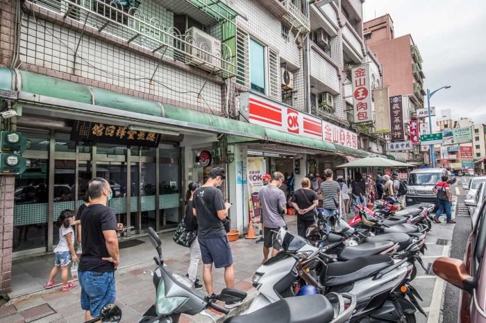 金山美食 》金山王肉包|三十年包子老店,隨時隨地都在排隊的人氣包子店