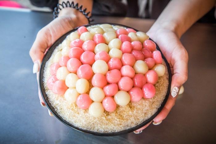 台南美食 》阿川古早味粉圓冰|湯圓堆成小山丘,超浮誇紅白湯圓剉冰