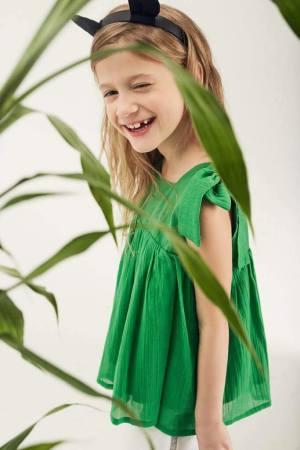 Топ детский из жатого батиста зеленого цвета с декором на плечах на девочку