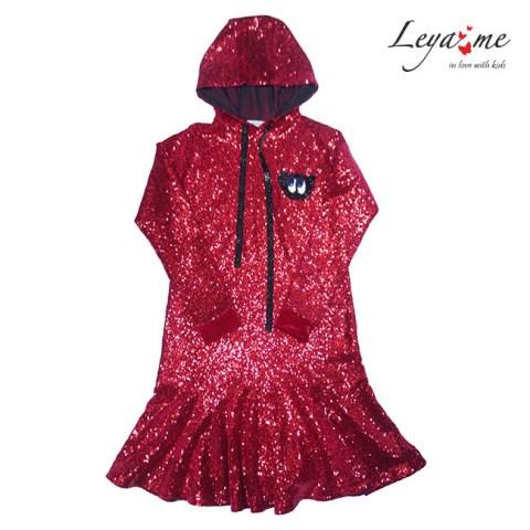 Платье-толстовка на девочку красное с нашивкой и капюшоном