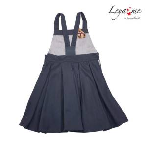 Серый школьный сарафан на лямках с пышной юбкой со складками и игрушкой-брелком в кармане