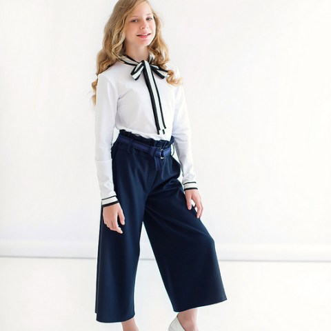 Трикотажная школьная блузка белая с контрастным бантом и манжетами