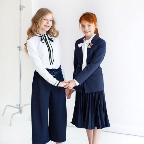 Трикотажная белая школьная блузка с контрастным бантом и манжетами