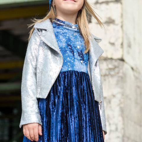 Комбинированное детское платье из принтованной вискозы со звездами и плиссированного бархата