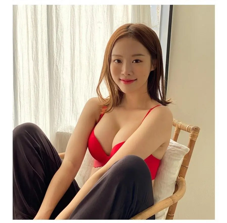 Park Ji-soo in Red