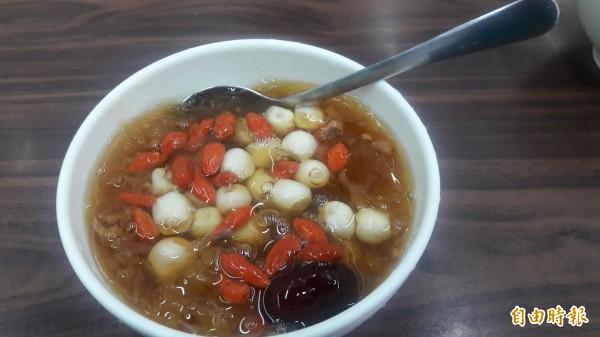 想吃冰品又想吃得健康,新竹市光華冰菓店的蓮子銀耳湯品,既消暑又健康。(記者洪美秀攝)