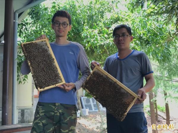黃俊彥(左)放棄科技業工作,踏入養蜂業一踏就是8年。(記者林敬倫攝)