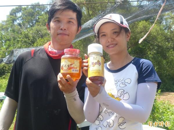 金門蜂農翁慶佑(左)夫唱婦隨,希望一起為金門的「百花蜜」打造市場佳蹟。(記者吳正庭攝)
