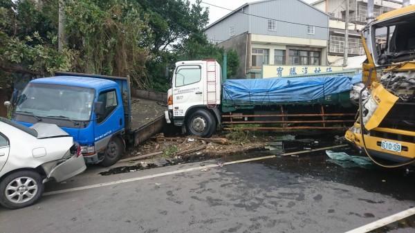 大貨車司機停慢車道綁帆布 遭垃圾車追撞今不治 - 社會 - 自由時報電子報