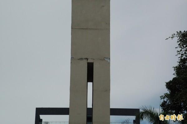 屏東公園區運紀念碑嚴重龜裂,中段也有明顯裂痕。(記者李立法攝)