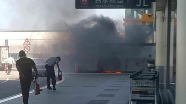 疑因菸蒂引燃廢棄物 桃機二航廈冒濃煙 - 社會 - 自由時報電子報