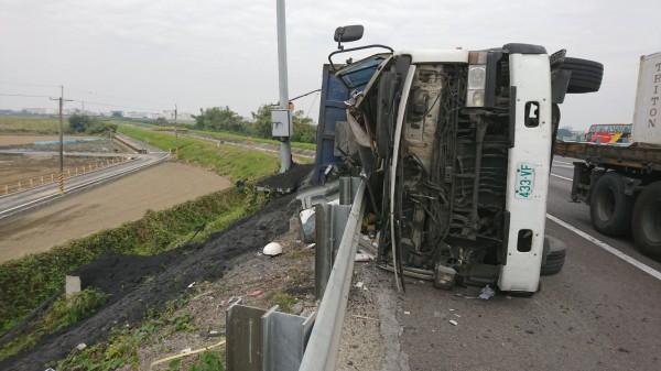 國道一號砂石車擦撞轎車後翻覆 2人送醫 - 社會 - 自由時報電子報
