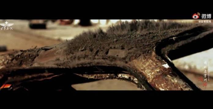 解放軍影片中泥土和廢棄車輛震動的畫面,被抓包來自於描述美伊戰爭拆彈部隊的好萊塢電影《危機倒數》。(圖擷自微博)