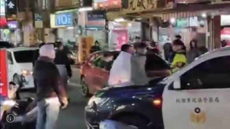 中原商圈發生因行車糾紛一言不合大打出手的街頭鬥毆,協助處理車禍的交警孤身一人,被指沒作為。 (記者李容萍翻攝)