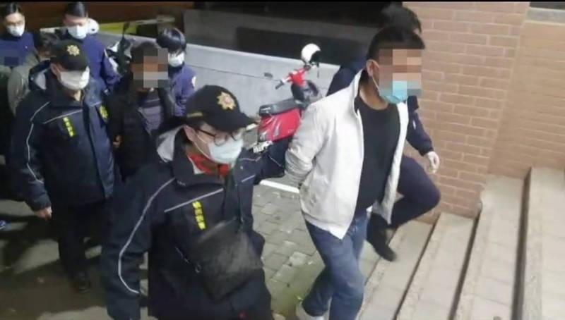 中原商圈發生因行車糾紛一言不合大打出手的街頭鬥毆,快打部隊到場帶回圍毆5嫌。 (記者李容萍翻攝)
