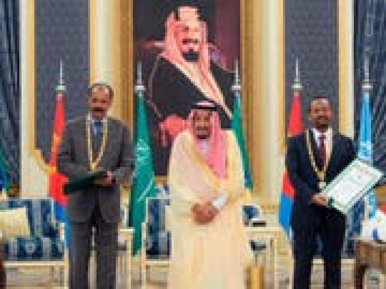 Der eritreische Präsident Isaias Afwerki (l) und der äthiopische Premierminister Abiy Ahmed haben in Jeddah in Anwesenheit des saudischen Königs Salman einen Freundschaftsvertrag unterzeichnet. (Bild: KEYSTONE / AP Saudi Press Agency)