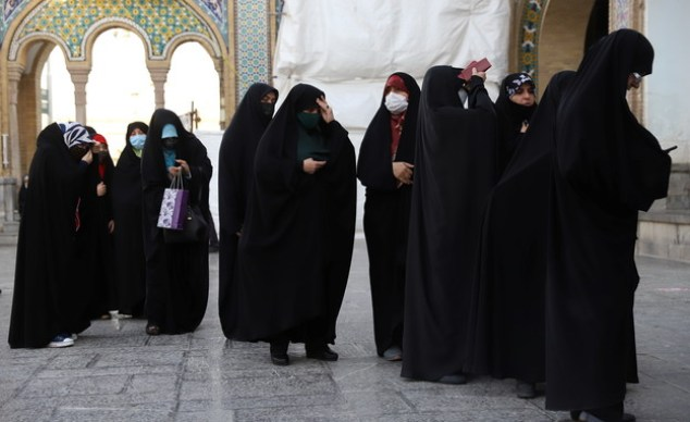 Women wait at the entrance to the polls in Iran - in the city of Majid (Photo: reuters)